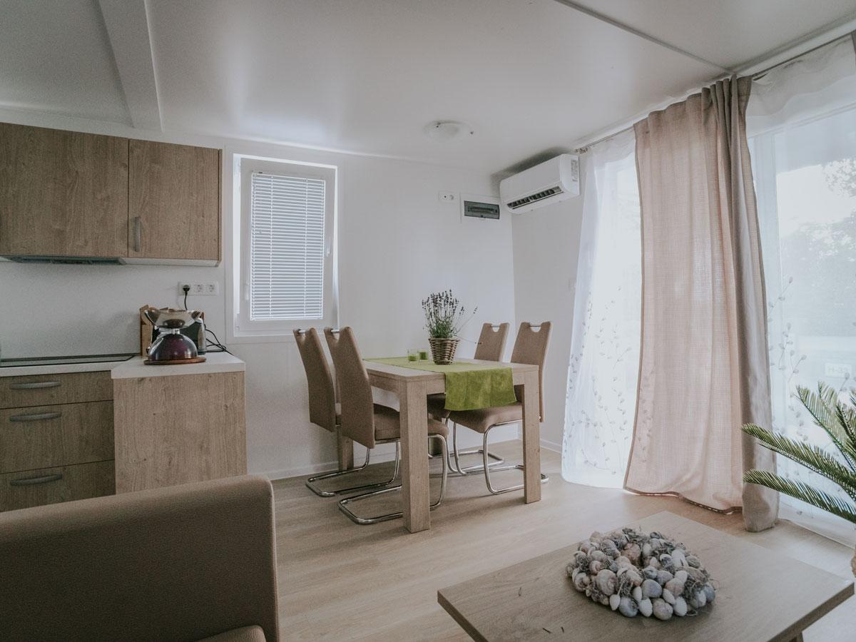 Hišica Ana – dnevni prostor z jedilno mizo