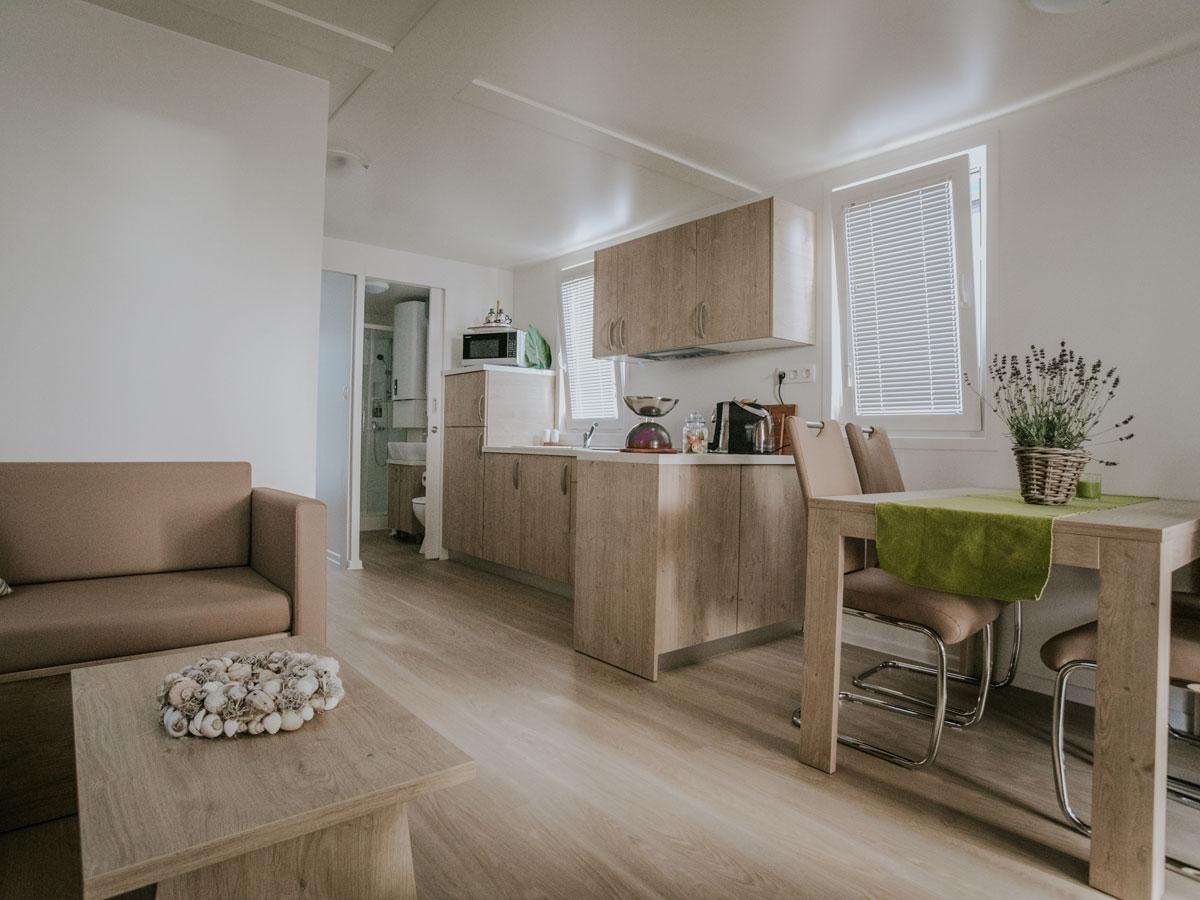 Hišica Ana – dnevni prostor s kuhinjo