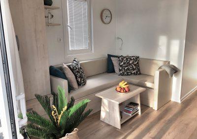 Dnevni prostor z udobno sedežno garnituro